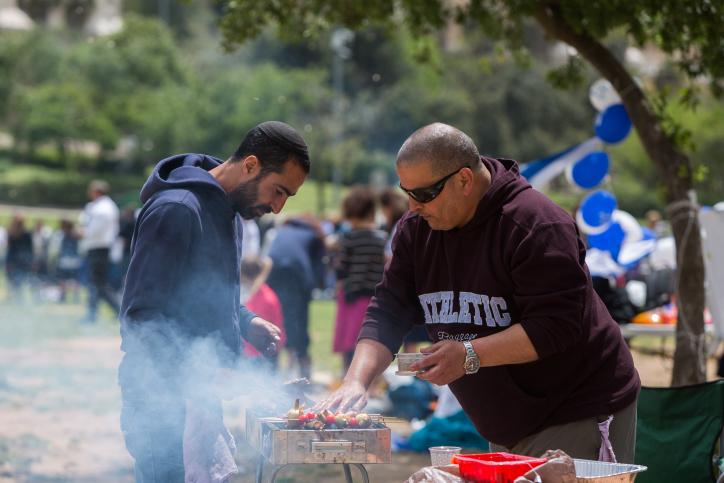 Un barbecue lors de la célébration du 67e Jour de l'Indépendance d'Israël à Jérusalem, le 23 avril 2015 (Crédit : Yonatan Sindel / Flash90)