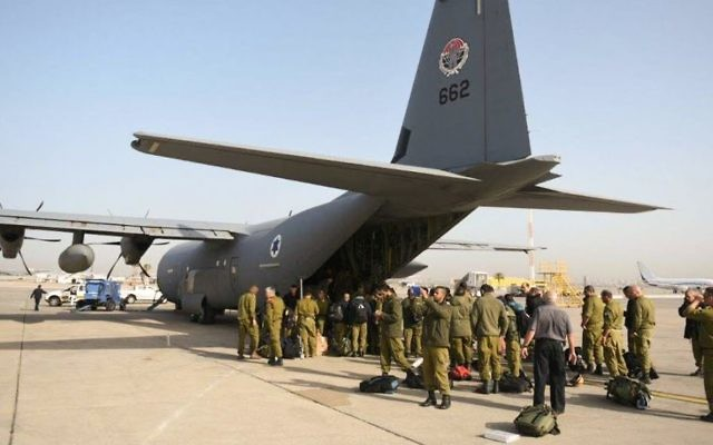 Une délégation de l'aide de Tsahal se prépare à monter à bord d'un avion de l'armée de l'air pour le Népal, le 27 avril 2015 (Crédit : IDF porte-parole)