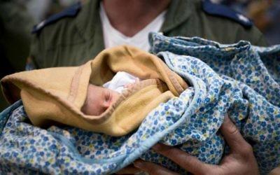 La délégation de secouriste de l'armée israélienne en train de soigner un enfant au Népal (Crédit : porte-parole de Tsahal)