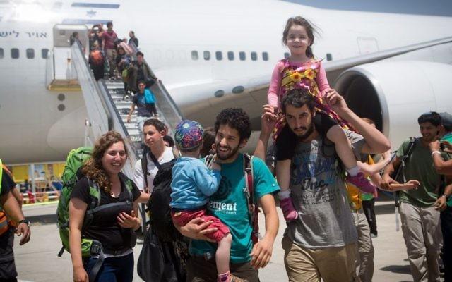 Des Israéliens de retour du Népal, à l'aéroport international Ben Gourion, le 28 avril 2015. (Crédit : Miriam Alster / FLASH90)