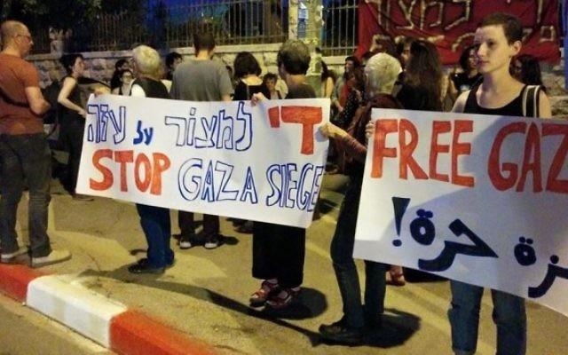 Des activistes israéliens manifestent en face de la résidence du premier ministre pour demander la fin du blocus de Gaza, le 29 avril 2015. (Crédit photo: Page Facebook de Free Jerusalem)