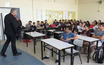 Le dirigeant de Yesh Atid, Yair Lapid, parle à des élèves du secondaire à Tel Aviv le 15 avril 2015 (Crédit : Autorisation de Yesh Atid)