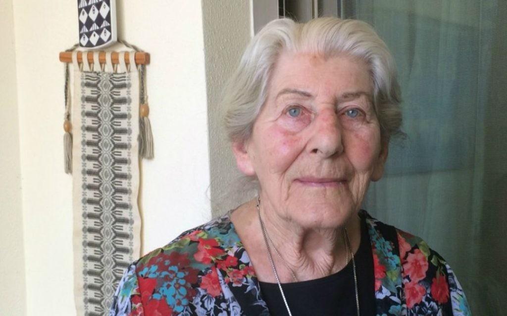 Betty Bausch à son domicile de Kfar Sava, Israël. 6 avril 2015. (Crédit : Renee Ghert-Zand / Times of Israël)