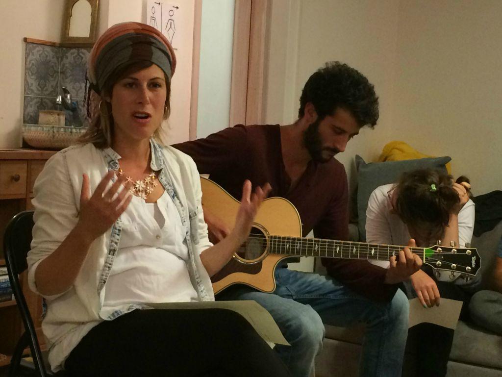 Sasha Leshem (à gauche)  chantant tandis que Jonas Clarfield joue de la guitare au rassemblement 'Zikaron Basalon' à Jérusalem, le 15 avril 2015 (Crédit : Renee Ghert-Zand /Times of Israel Staff)