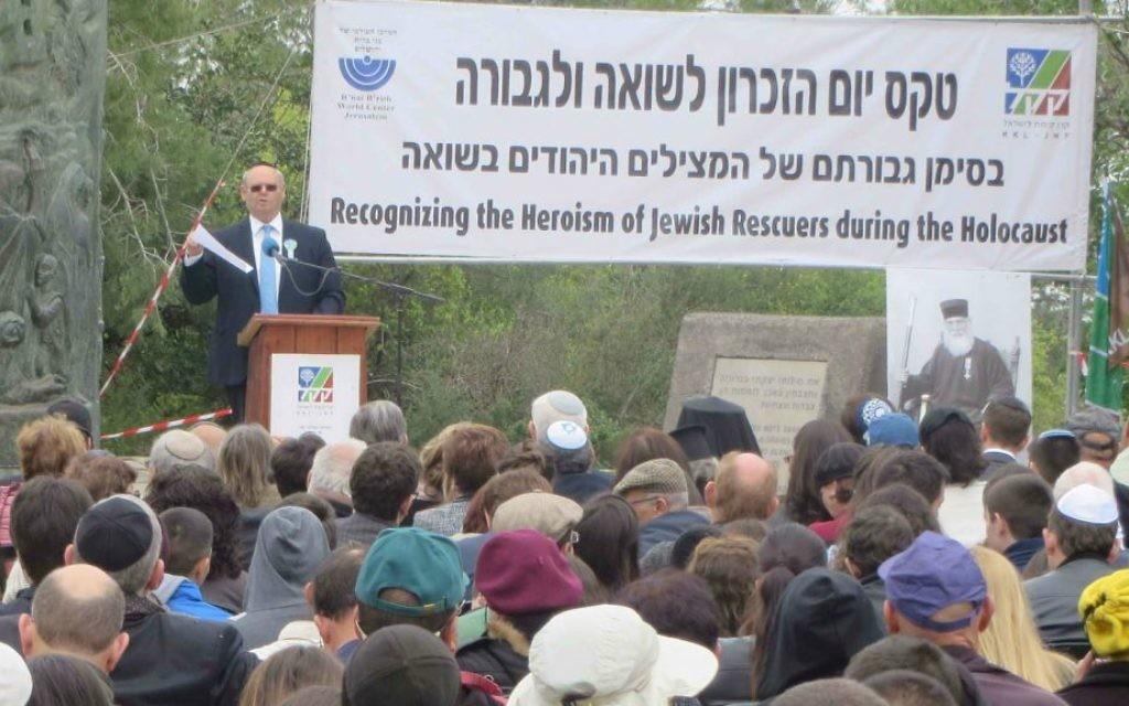 Le B'nai B'rith World Center à Jérusalem et Keren Kayemeth LeIsrael (KKL) commémorant l'héroïsme des Juifs qui ont sauvé d'autres Juifs pendant l'Holocauste, le 16 avril 2015, dans la forêt des Martyrs, près de Jérusalem. (Crédit : Yossi Zamir)