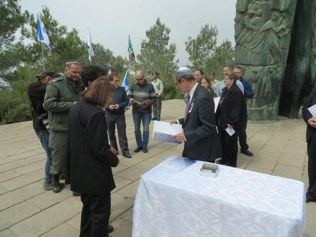 Alan Schneider (au centre), directeur du Bnai Brith World Center, à la cérémonie en l'honneur des sauveurs juifs de Juifs le 16 avril 2015. (Crédit : Autoriation)