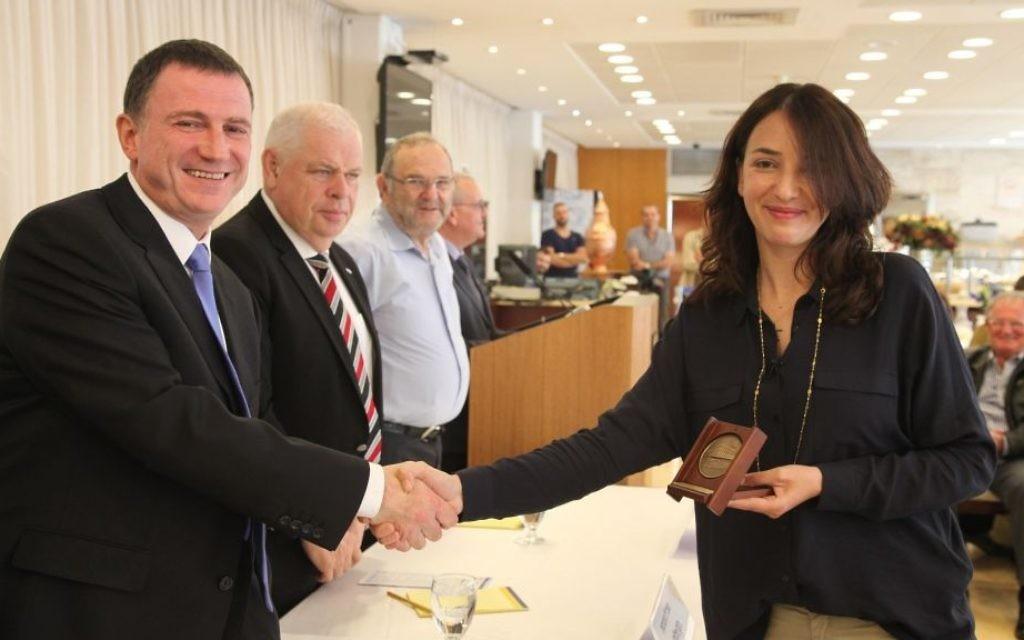 Lucy Aharish reçoit une médaille du président de la Knesset Yuli Edelstein, le lundi 20 avril 2015 (Crédit : Knesset)