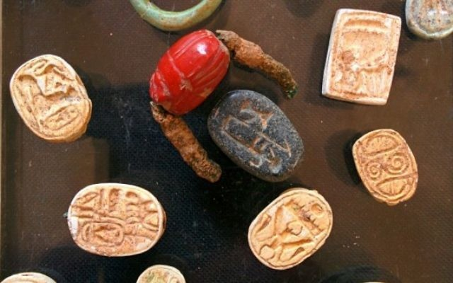 Sceaux de scarabées trouvés par les chercheurs de l'Autorité des Antiquités d'Israël dans une grotte près de Tel Halif, au sud d'Israël (Crédit : Ilan Ben Zion/Times of Israel staff)