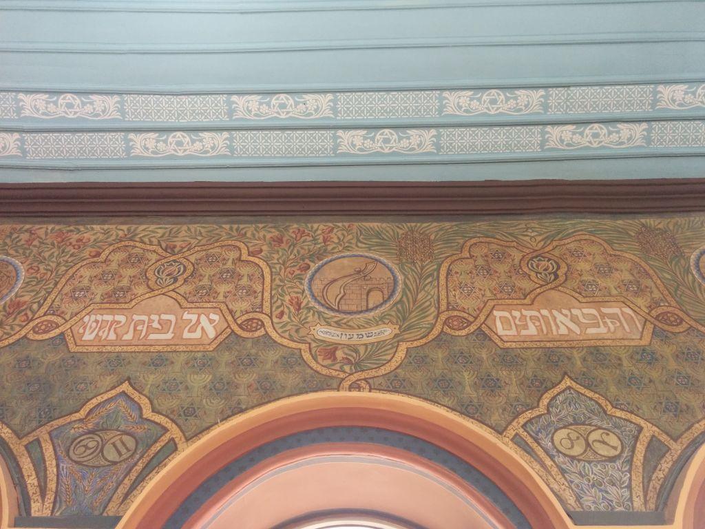 Le mur sud de la synagogue d'Ades, à l'origine peinte par Yaakov Stark en 1912, après sa restauration. (Crédit : Ilan Ben Zion / Times of Israel)
