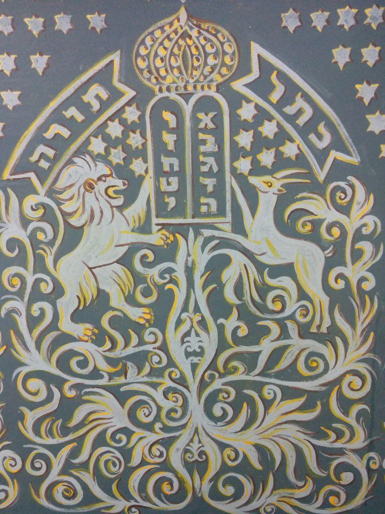 Détail d'une peinture murale dans la section des femmes de la synagogue Ades peint par Yaakov Stark en 1912 (Crédit : Ilan Ben Zion / Times of Israël)