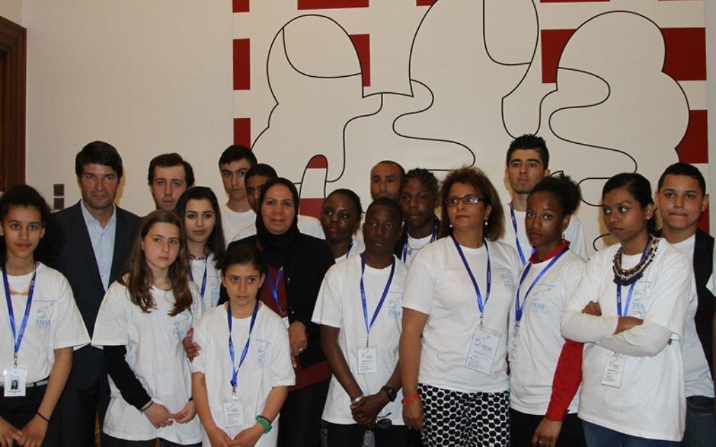 Patrick Maisonnave, Latifa Ibn Ziaten et l'ensemble des élèves venus en Israël avec l'association Imad, le 27 avril 2015. (Crédit : Ambassade française en Israël)