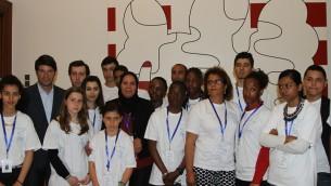 Patrick Maisonnave et Latifa Ibn Ziaten et l'ensemble des élèves venus en Israël avec l'association Imad - 27 avril 2015 (Crédit : Ambassade française en Israël)