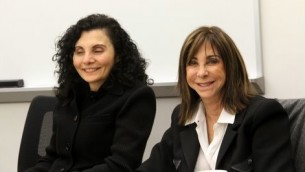 La fashionista juive Brenda Naomi Rosenberg et la scientifique musulmane Samia Moustapha Bahsoun  au Memorial Center de l'Holocauste à Farmington Hills Michigan (Crédit : Autorisation)