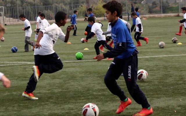 Les enfants jouant dans l'équipe des Egaux s'entrainant au football à Jérusalem le 19 mars 2015 (Crédit : Autorisation de Yossi Zamir)