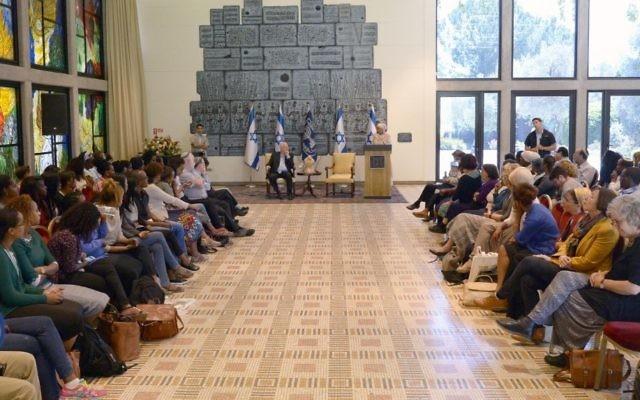 Le président Reuven Rivlin avec des étudiants israéliens d'origine éthiopienne dans sa résidence officielle, le jeudi 30 avril 2015. (Crédit : Mark Neyman / GPO)