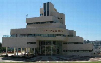 L'hôtel de  ville de Nazareth Illit (Crédit : CC BY-SA, Beny Shlevich / Wikimedia)