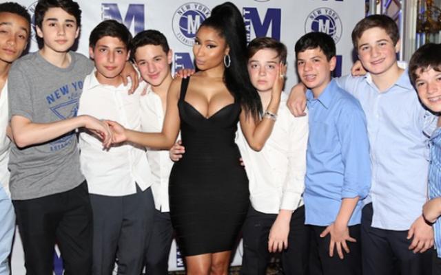 Nicki Minaj et ses jeunes admirateurs à la bar-mitsva de Matt Murstein (Crédit : Instagram via JTA)