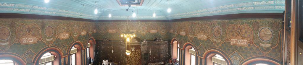 Panorama de l'intérieur de la synagogue restaurée Ades à Jérusalem (Crédit : Ilan Ben Zion / Times of Israel)
