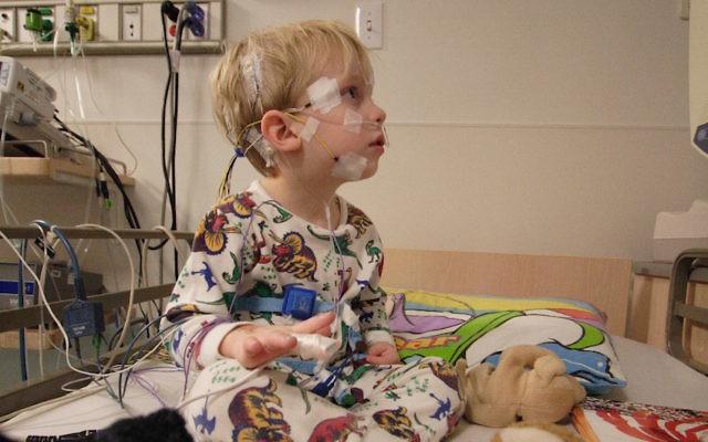Un patient en pédiatrie se prépare à une polysomnographie à l'hôpital Saint. Louis, dans le Missouri, en 2006. (Crédit : Robert Lawton)