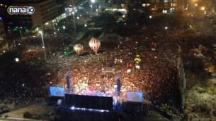 Vue aérienne du rassemblement anti-Netanyahu sur la place Rabin à Tel-Aviv le samedi 7 mars 2015 (Crédit : Capture d'écran Dixième chaîne)