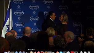 Haim Saban félicitant Hillary Clinton lors d'un événement au forum Saban en 2012 (Crédit : Capture d'écran YouTube)