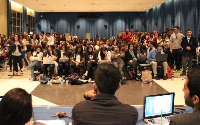 Les membres du gouvernement étudiant de l'UCLA écoutent les partisans et les adversaires de la résolution de désinvestissement visant Israël, le 26 février 2014. (Crédit : Autorisation de StandWithUs)