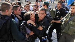 Un photographe palestinien est arrêté par les forces de sécurité israéliennes suite à une manifestation contre les Israéliens célébrant la Journée de Jérusalem le 8 mai 2013. (Crédit photo: Sliman Khader / Flash90)