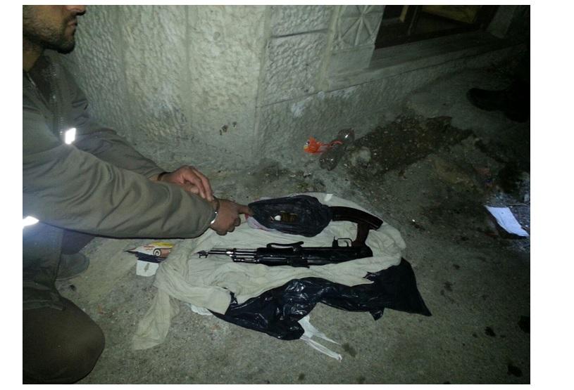Les armes découvertes lors d'une enquête du Shin Bet dans une cellule du Hamas basée à Jérusalem (Crédit : Shin Bet)