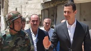 Le président syrien Bachar al-Assad visite les quartiers de Daraya le 1er août 2013 (Crédit : présidence syrienne / Instagram)