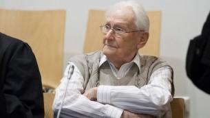 Oskar Gröning au premier jour de son procès à Luneberg, en Allemagne, le 21 avril 2015 (Crédit :  JTA / Andreas Tamme / Getty Images)
