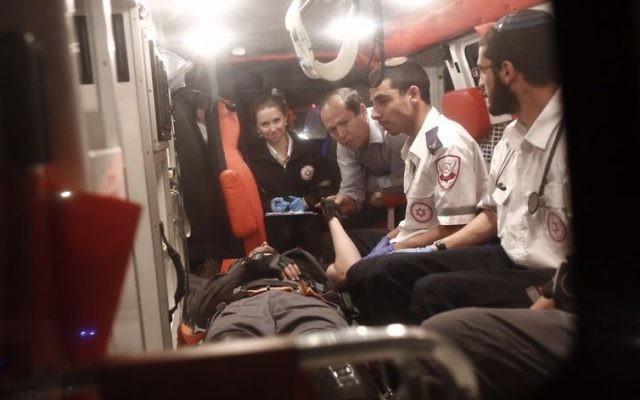 Le maire de Jérusalem Nir Barkat dans une ambulance évacuant un officier de police blessé par un chauffeur palestinien à A-Tur, Jérusalem Est, le 25 avril 2015. (Crédit : Yonatan Sindel/Flash90