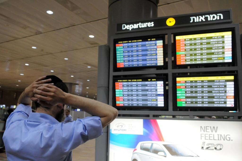 Photo illustrative du tableau des départs à l'aéroport Ben Gurion. (Crédit : Yossi Zeliger/Flash90)
