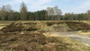 Berme recouvrant une fosse commune sur le site du camp de concentration de Bergen-Belsen, le 24 avril  2015 (Crédit : Renee Ghert-Zand/Times of Israel)