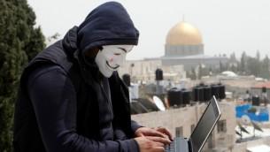 Un pirate palestinien à Jérusalem, le 8 avril 2013. Illustration. (Crédit : Sliman Khader/Flash90)