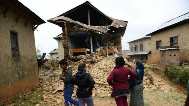 Des volontaires israéliens et des résidents locaux népalais dans le village de Manegau dans le quartier Kabri, où Tevel B'Tzedek travaille, qui a été lourdement endommagé dans le tremblement de terre de samedi. (Crédit : Tevel B'Tzedek)