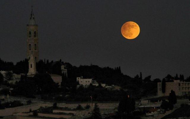 Pleine lune sur le mont des Oliviers, à Jérusalem, le 27 novembre 2012. (Crédit : Louis Fisher/Flash90)