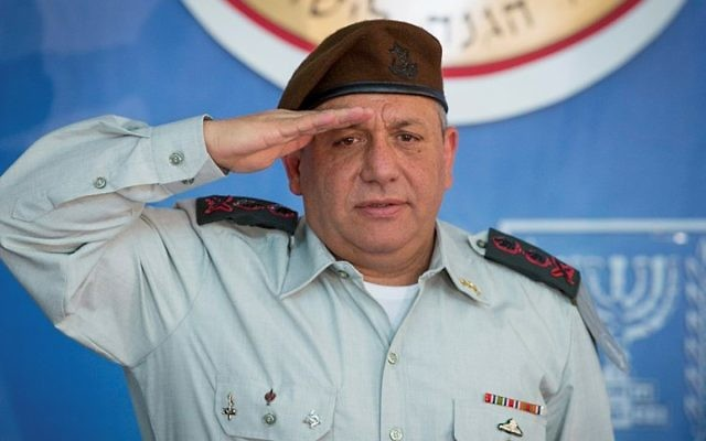 Gadi Eizenkot, chef d'Etat-major de l'armée israélienne, pendant la cérémonie de Yom HaZikaron, la journée du souvenir, le 21 avril 2015. (Crédit : Flash90)