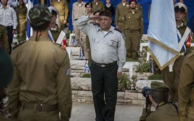 Le chef d'état-major de Tsahal, Gabi Eizenkott, fait le salut militaire lors d'une cérémonie de pose de drapeau au cimetière militaire du Mont Herzl, à Jérusalem, le 19 avril 2015. (Crédit photo: Hadas Parush / Flash90)