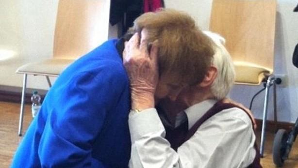 La survivante d'Auschwitz Eva Kor et  l'ancien SS Oskar Groening s'embrassent pendant le procès (Crédit : capture d'écran / Daily Mail)