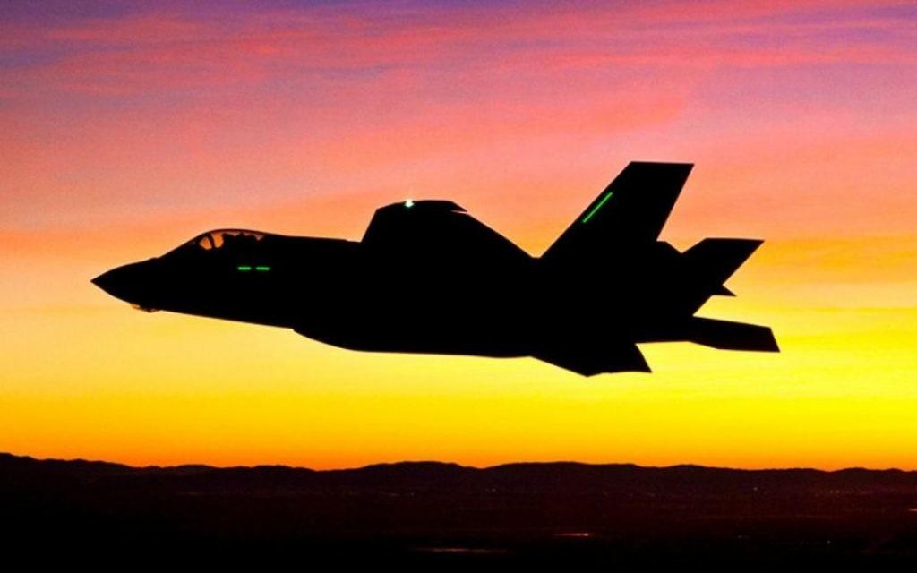 Un F-35 s'envole pour son premier vol de nuit le 18 janvier 2012 (Crédit : US Air Force / Tom Reynolds)