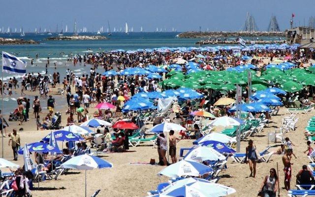 Photo d'une plage de Tel Aviv lors d'une journée ensoleillée (Crédit photo : Nicky Kelvin / Flash90)
