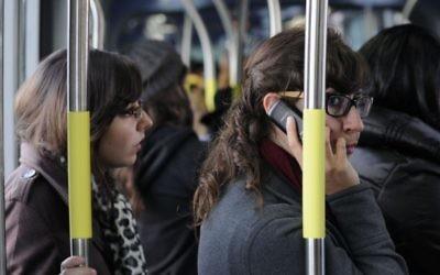 Dans le tramway de Jérusalem, en décembre 2012 (Crédit : Louis Fischer / Flash90)