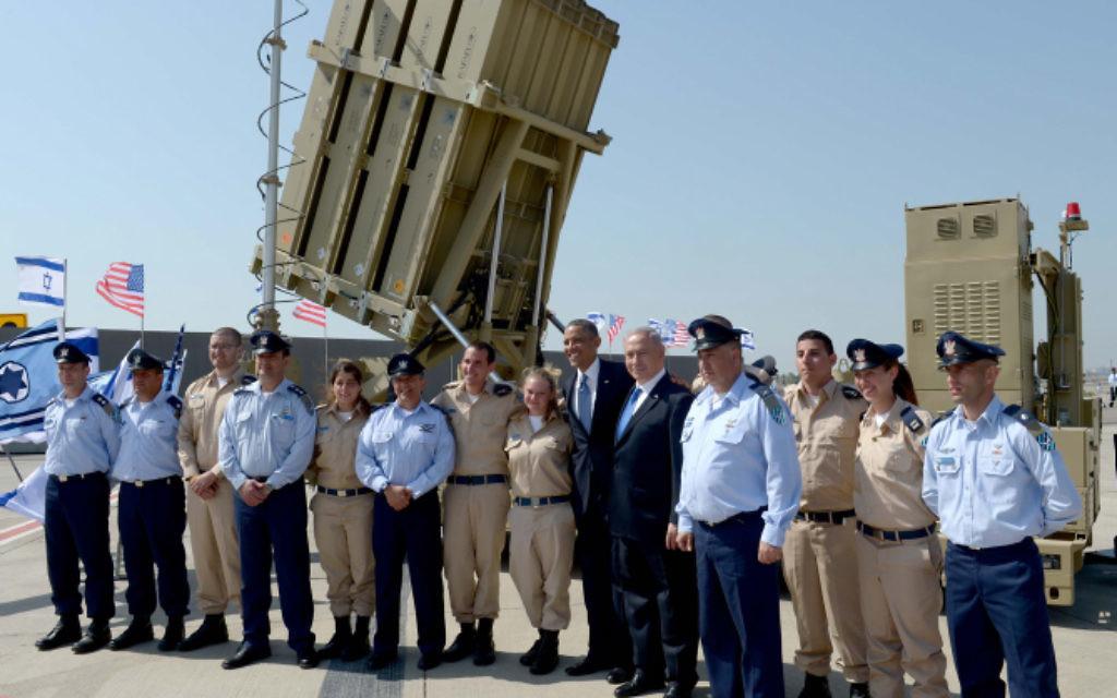 Le président américain Barack Obama et le Premier ministre Benjamin Netanyahu avec le personnel militaire devant une batterie du Dôme de fer à l'aéroport Ben Gurion, le 20 mars 2013. (Crédit : Avi Ohayon/GPO/Flash90)