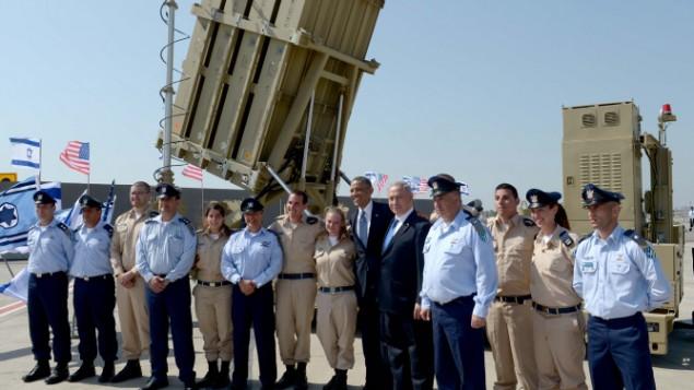 Le président américain Barack Obama et le Premier ministre Benjamin Netanyahu avec le personnel militaire devant une batterie du Dôme de fer à l'aéroport Ben Gurion, le 20 mars 2013. (Crédit : Avi Ohayon / GPO / Flash90)