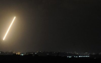 Une traînée de lumière faite par une roquette tirée depuis la bande de Gaza, le 21 août, 2014 (Crédit photo: AFP)