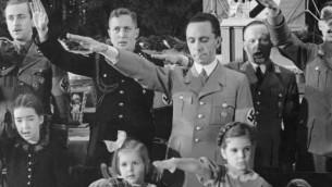Joseph Goebbels avec ses filles, Hilde (au centre) et Helga (à droite), pour la célébration de Noël à Berlin, en 1937. (Crédit : Archives fédérales allemandes)