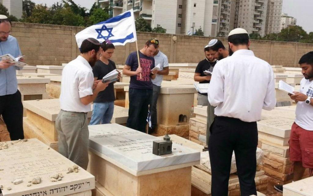 Les étudiants de la yeshiva Hesder près d'une tombe à Bnei Brak en 2014 (Crédit : Autorisation de Tzvi Zelzer)