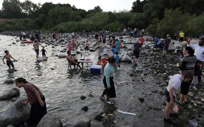 Photo illustrative de baigneurs dans le lac de Galilée, 18 août 2014. (Crédit : Yaakov Naumi/Flash90)