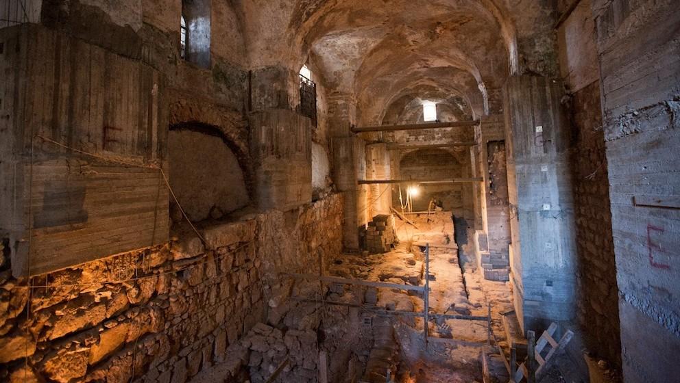 Une salle sous une ancienne prison ottomane, connue sous le nom Kishle, dans la Vieille Ville de Jérusalem, où les couches de l'histoire ancienne ont été découverts. (Crédit : JTA / Hamutal Wachtel)