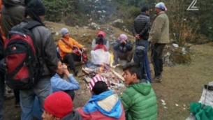 Des randonneurs israéliens et népalais attendent les sauveteurs dans la région du Langtang du Népal, dans une image publiée le 28 avril 2015. (Capture d'écran: Deuxième chaîne)